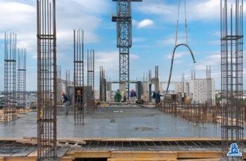 """В первой секции МФК """"Манхэттен"""" устанавливают вертикальные конструкции шестнадцатого этажа"""